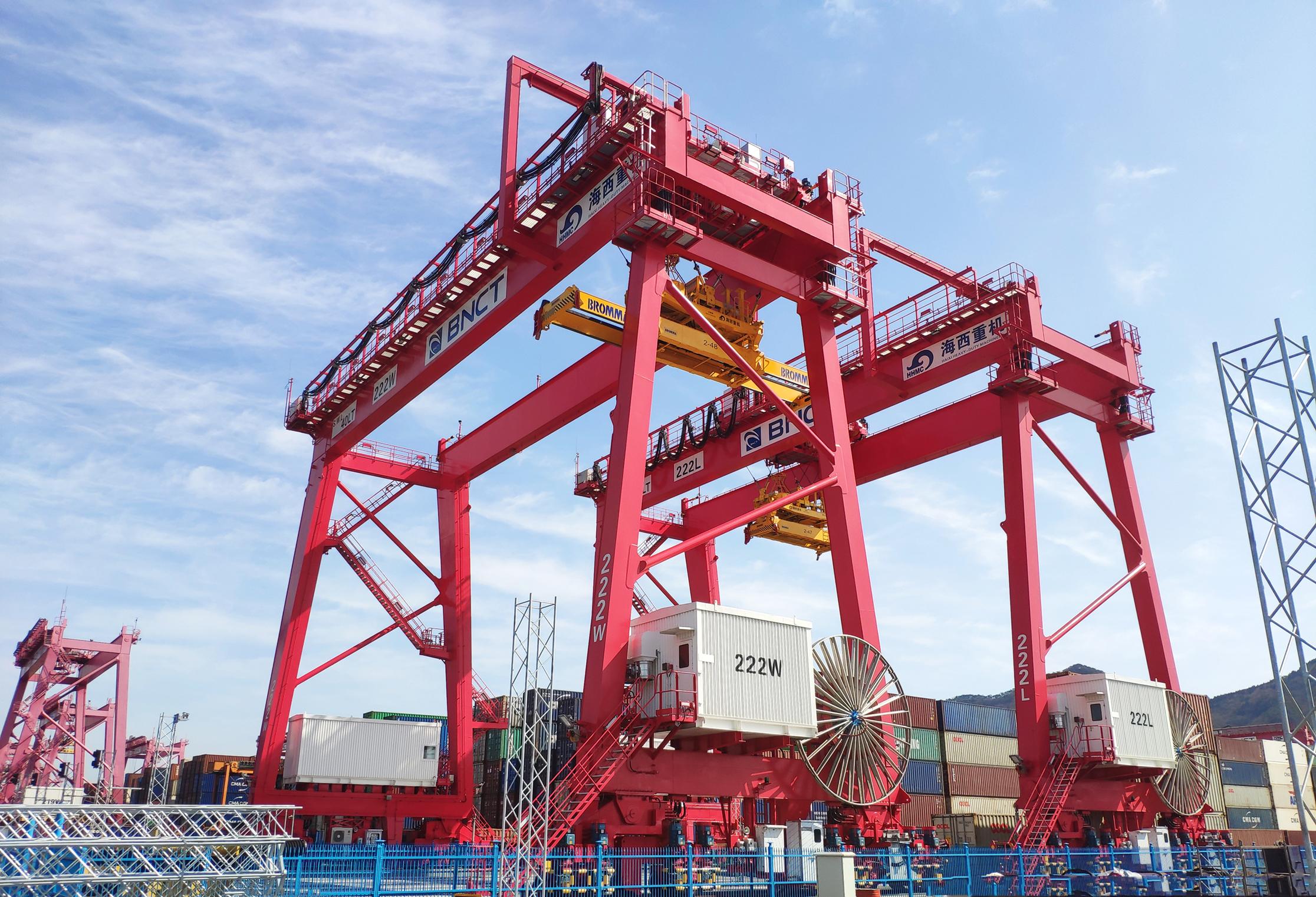 由青岛海西重机研发制造的2台40吨自动化轨道吊顺利交付韩国