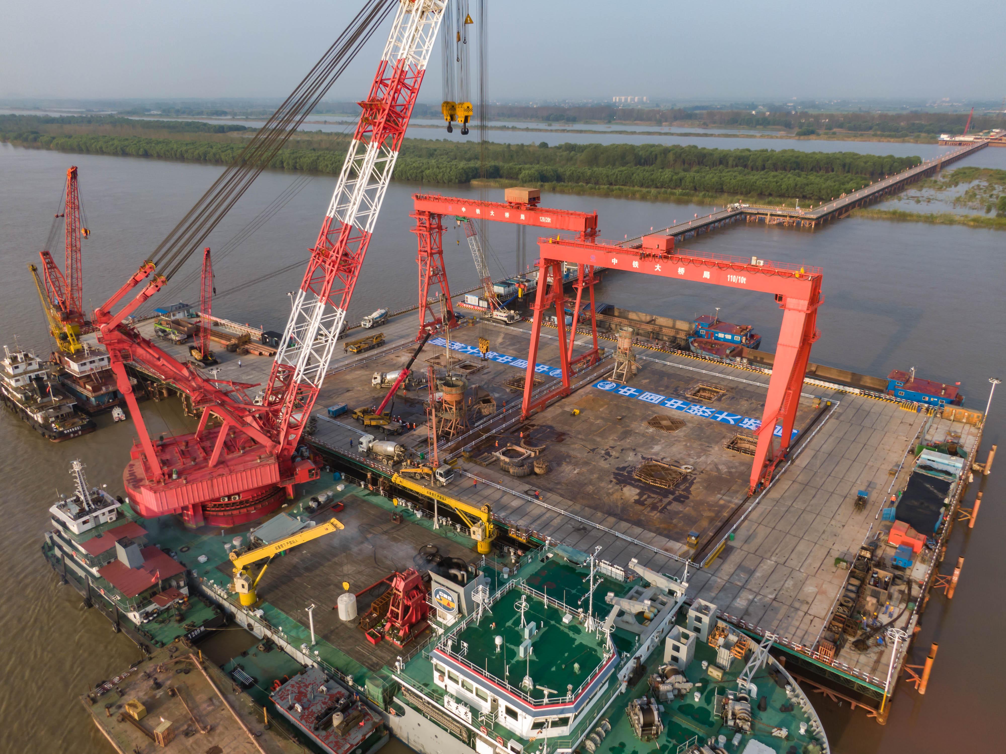 世界最大跨度三塔斜拉桥完工,促进经济发展